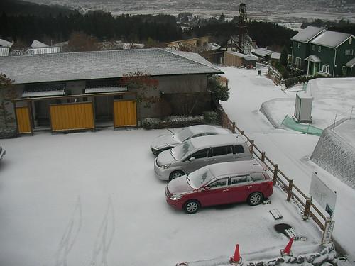 雪の湯布院、お宿の前