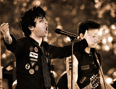 Green Day (noamgalai) Tags: nyc portrait music ny newyork rock sepia concert singing band gloria sing greenday billyjoearmstrong timeofyourlife boulevardofbrokendreams  noamgalai  aplusphoto 21guns sitemusic 21stcenturybreakdown