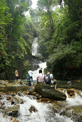Relaxing at the Phliu waterfall (Bn) Tags: thailand topf50 trat backtonature luckyme amazingthailand namtok chanthaburi 50faves plentyoffish waterresource splashingaround forestandjungle 3levelwaterfall torsoro cuveiervaleciennes namtokphliu phliu namtokphliunationalpark phliuwaterfall khaosabapmountianrange coolandclearwater refresingpools relaxingbythestreams