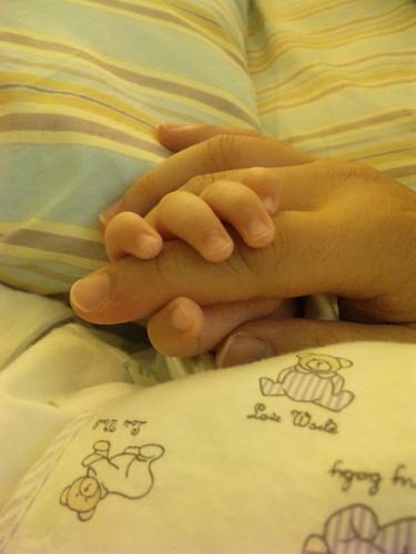樂樂 睡覺 握手手