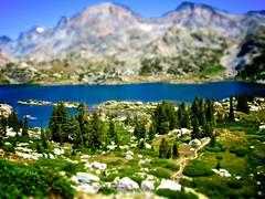 [フリー画像] 自然・風景, 湖・池, 樹木, 山, ティルト・シフト・フェイク, ランプ, 201105271900