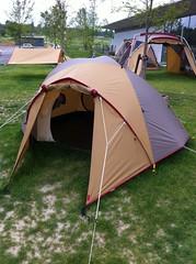 社屋前にテントがたくさん設置してあってテンション上がる