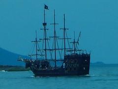 CIMG0670--Barco de passeio em BALNERIO CAMBORI (Janete Maurer) Tags: santa mar barco chuva catarina balnerio montanha maurer passeio cambori espndola janete aga