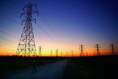 [フリー画像] [人工風景] [建造物/建築物] [塔/タワー] [鉄塔] [配電線] [夕日/夕焼け/夕暮れ]     [フリー素材]