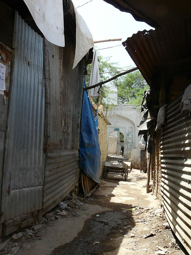 Shanties on the way to a mosque