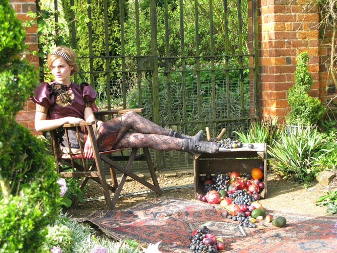 Emma Watson modela en el jardín