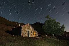 La casita de la montaña (dnieper) Tags: españa stars spain estrellas nocturna león piedrafitalamediana montañadeleón valledeltorío