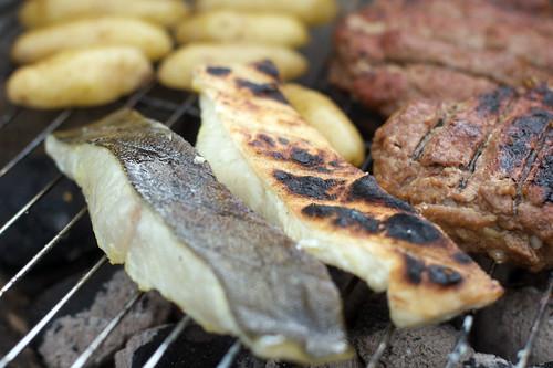 Man kan velge å grille kun med skinnet ned, eller å snu filetene.