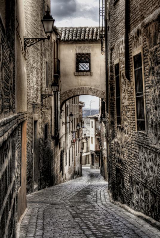 Calle y arco en Toledo. Street and arch