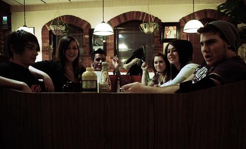 Grupo de chicas y chicos en una cita