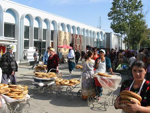 Kinderwagens met brood op bazar