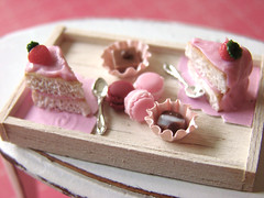 Think Pink! (PetitPlat - Stephanie Kilgast) Tags: pink cake miniatures strawberry chocolates polymerclay fimo macaroon tray minifood teatime 112 fraise dollhouse gateau kuchen erdbeere dollshouse macaron miniaturefood miniaturen oneinchscale petitplat