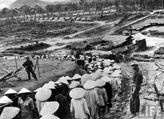 Kham Duc compound, prison camp for Viet Cong captured by S. Vietnamese. 1962 par VIETNAM History in Pictures (1962-1963)