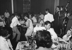11-1963 Vietnamase at night club dancing, shortly after over-throw of Diem Regime. par VIETNAM History in Pictures (1962-1963)
