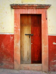 half and half (msdonnalee) Tags: door red mxico mexico puerta  entrance explore mexican doorway porta mexique guanajuato portal tr entry mexiko messico portes woodendoor  i  colorfuldoors colonialmexicanarchitecture  colourartaward unusualdoors  donnacleveland photosofsanmigueldeallendemexico halfpainteddoor colonialmexicanexteriors mexcianportes messicanoporte mexicantren  photosbydonnacleveland