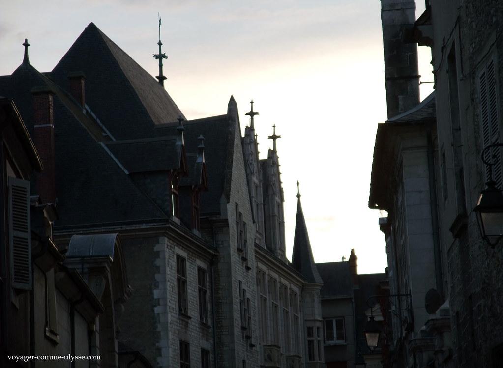 é préciso levantar um pouco a cabeça para se apreciar os magníficos telhados de Bourges
