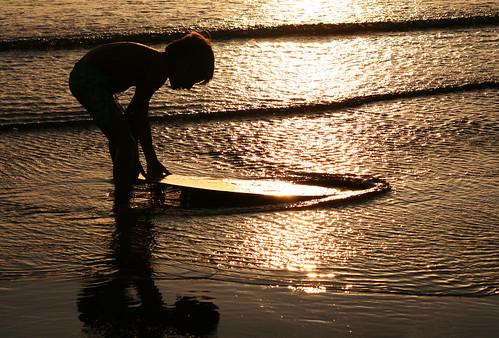 Niño surfista