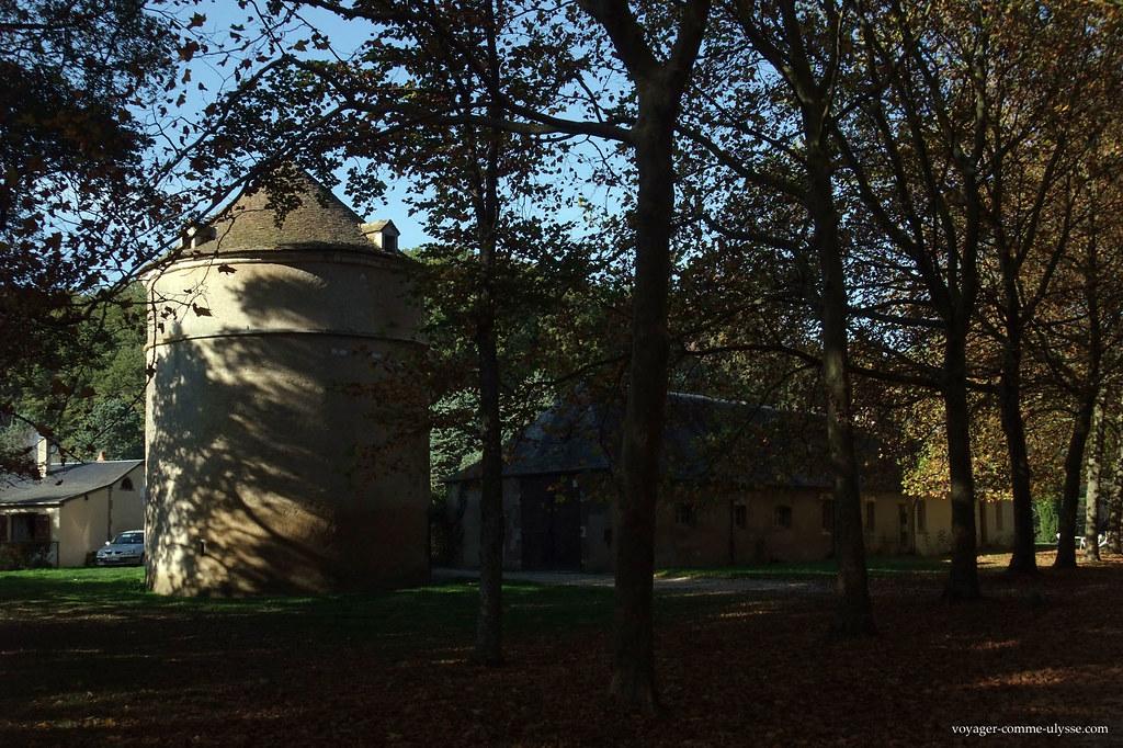 Cette tour ronde est le colombier ou pigeonnier du Château