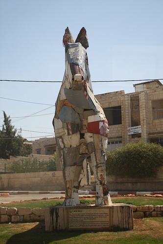 Estatua hecha con restos de vehículos militares israelíes