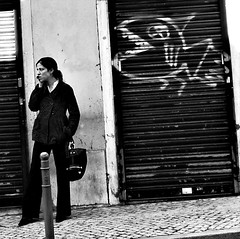 Fado XI: Sometimes we get angry on the phone (Sator Arepo) Tags: leica blackandwhite bw portugal bag graffiti phone blind lisbon streetphotography angry dlux decisivemoment dlux4 retofez110816
