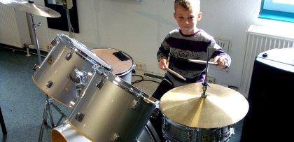 Leo spielt Schlagzeug