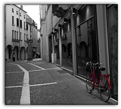Rossa (Luana_58) Tags: riflessi padova simpatia bicicletta rossa biciclettarossa canon50d bellitalia theunforgettablepictures mirrorser superstarthebest