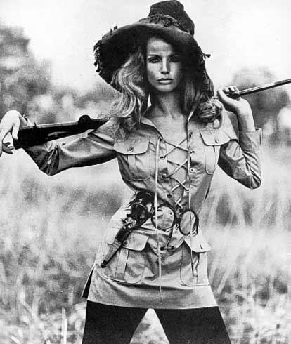 Veruschka (née Comtesse Vera Gottlieb von Lehndorff) en saharienne, Vogue, photo Franco Rubartell