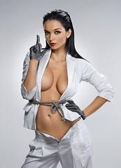genç kizlar göğüsler ve dekolte dişiliğin sembolü. muhteşem bir dekoltede önemli olan sadece göğüs ölçüleri değil. gergin ve bakımlı görünmek. erkekleri etkilemenin yolları kadınların en büyük silahlarından biri olan dekolte güzelliği