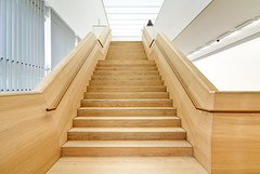 Wooden Staircase Brandhorst Museum - Munich (yushimoto_02 [christian]) Tags: wood museum architecture munich mnchen arquitectura madera stair treppe escalera staircase architektur museo holz muenchen pinakothek brandhorst exploredcanoneosdigitalrebelxsi