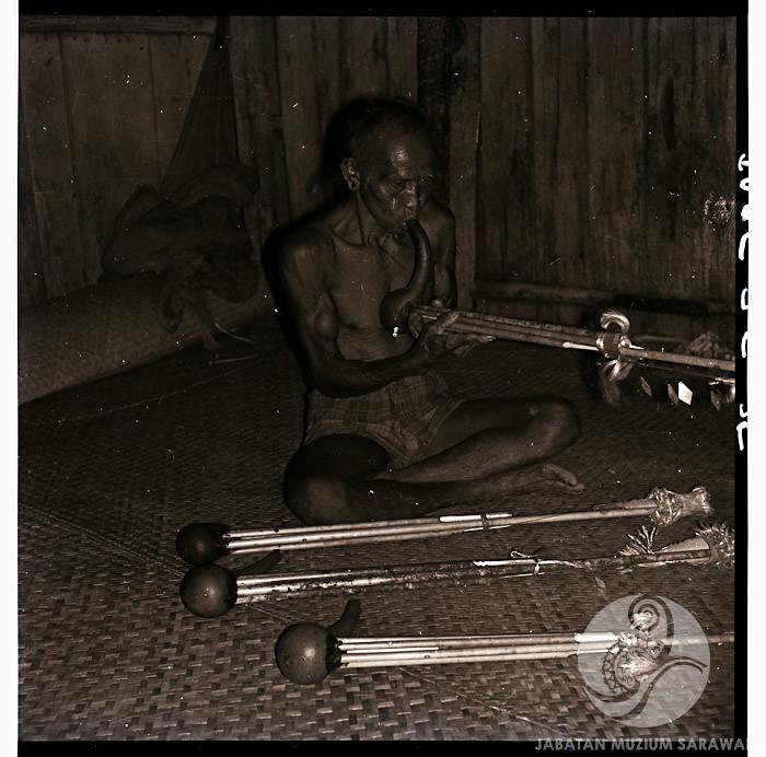 Keledi or Engkolorai musical instruments and player at Long Teru - Tama Usang Weng