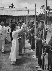 7-1962 Mrs. Dinh Nhu Ngo inspecting self defense corps. par VIETNAM History in Pictures (1962-1963)