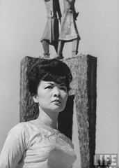 Mrs. Dinh Nhu Ngo in front of Trung sisters memorial. par VIETNAM History in Pictures (1962-1963)