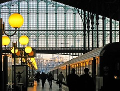 ~ Paris ~ Gare du Nord le matin ~ (Janey Kay) Tags: voyage morning travel paris france home train sunrise walking evening frankreich gente gare action bahnhof running movimiento personas trainstation stadt bewegung movimento lamps garedunord 2009 ville thisisit active mouvement matin parigi chezmoi azione marcher courir lampadaires francja leverdusoleil iloveparis paryz canonpowershotg9 janeykay parisiledefrance momvement onsalewithgetty