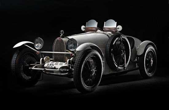 Bugatti Type 37A, Flighty (1928) - Owners, IFrederica and Simon Fitzpatrick, Guernsey - The light scheme 2, adding a dramatic direct light from back-right giving tridiensionality. Below the backstage. Notice the big screen to protect the lens from direct light
