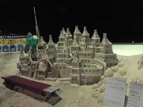 Castelo de areia, praia de Copacabana, Rio de Janeiro, de noite com  o Renoir
