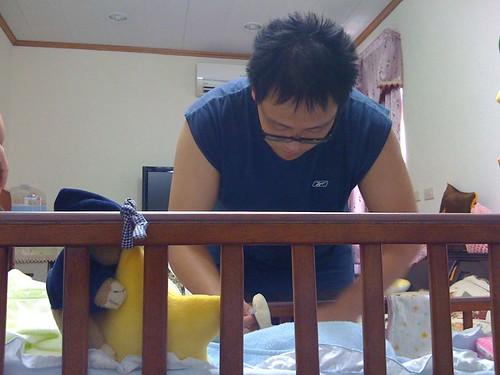 父子都是藉由換尿布的平台互相交流
