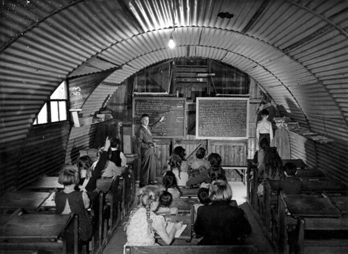 Wederopbouw: provisorisch schoollokaal / Improvised classroom, shortly after the War