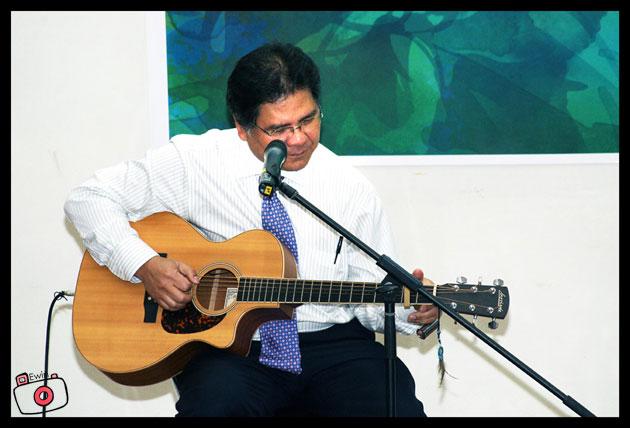 Idris-Jala-with-guitarr