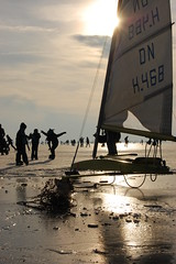 Ice boat mobile thing... (Maarten van den Berg) Tags: winter sun ice netherlands boot boat iceskating aalsmeer zon ijs schaatsen wintershot reflectingsun westeinderplas winterinholland2009 nederlandschaatst