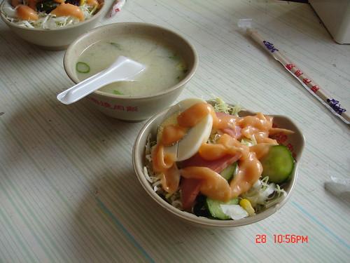 你拍攝的 永樂燒肉飯附上味增湯和沙拉。