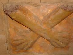 Réplica de las manos cruzadas de Kotosh