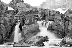 Great Falls (ep_jhu) Tags: trees bw naturaleza nature water rio river virginia agua rocks greatfalls rapids motionblur foam potomac rocas ispy rushingwater cascadas alphabetgame bwmondays spellshot originallyposted1042009212404