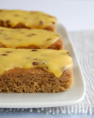 Banana cake with passionfruit icing / Bolo de banana com cobertura de maracujá