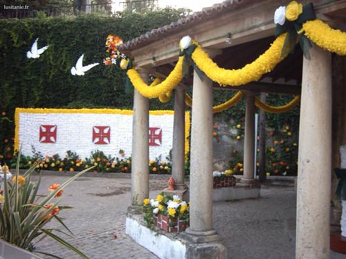 Au fond, croix du Christ des templiers en fleurs de papier