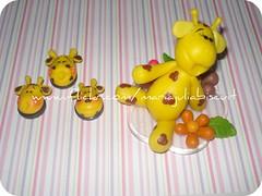 girafinhas (Alane • maria julia biscuit) Tags: handmade amarelo biscuit bolinhas girafa marrom enfeite acrílico melman porcelanafria