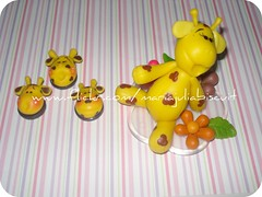 girafinhas (Alane  maria julia biscuit) Tags: handmade amarelo biscuit bolinhas girafa marrom enfeite acrlico melman porcelanafria