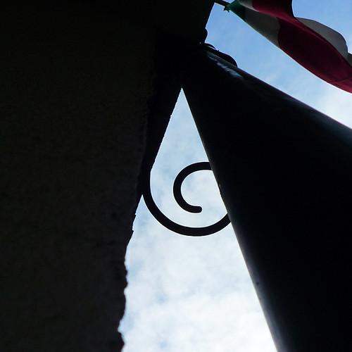 軒わらび : 東銀座のビルのリッパな渦巻き