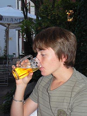 clem boit de la bière.jpg