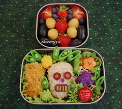 Skull Bento (sherimiya ) Tags: school halloween fruits kids dayofthedead lunch skull kid scary rice sheri salmon plum strawberries onigiri diadelosmuertos bento sweetpotato radish sprouts romanesco obento arugula peapods purplecauliflower goldenraspberries okinawansweetpotato purplecarrots yellowcauliflower sherimiya