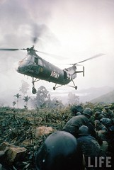 American helicopter H-21 hovering above soldiers in combat zone during Vietnam War. 1962 par VIETNAM History in Pictures (1962-1963)